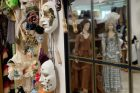 Krásné kostýmy si mohou v barrandovském fundusu půjčit nejen filmaři, ale i veřejnost