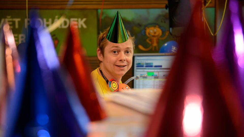 Jirka Kohout mezi narozeninovými čepicemi a s jednou na hlavě