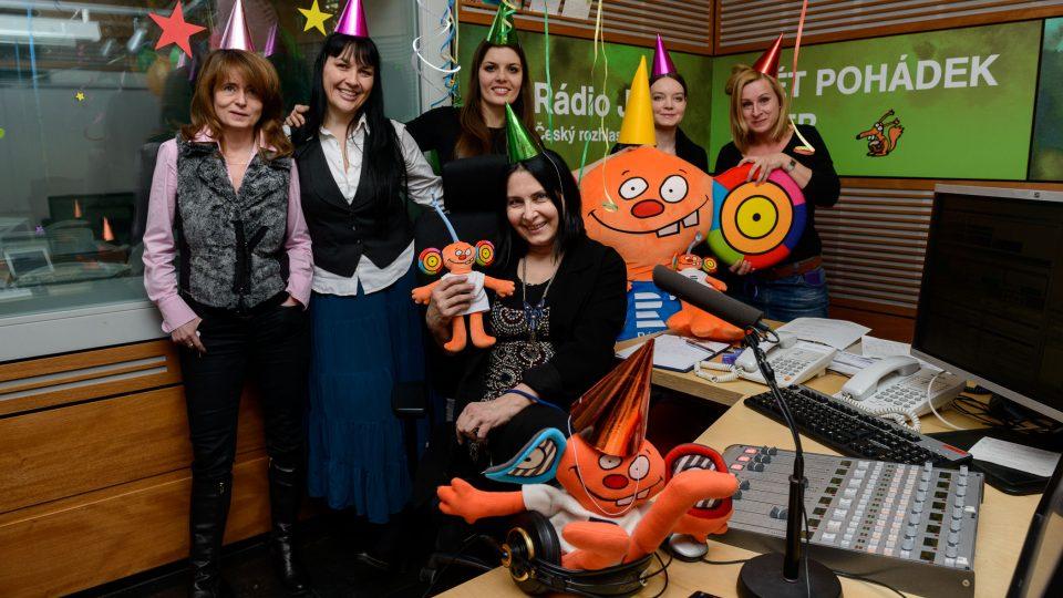 Zleva: Magda Šorelová, Jana Rychterová, Klára Nováková, Helča Petáková, Týna Fořtová a sedící u stolu Zora Jandová
