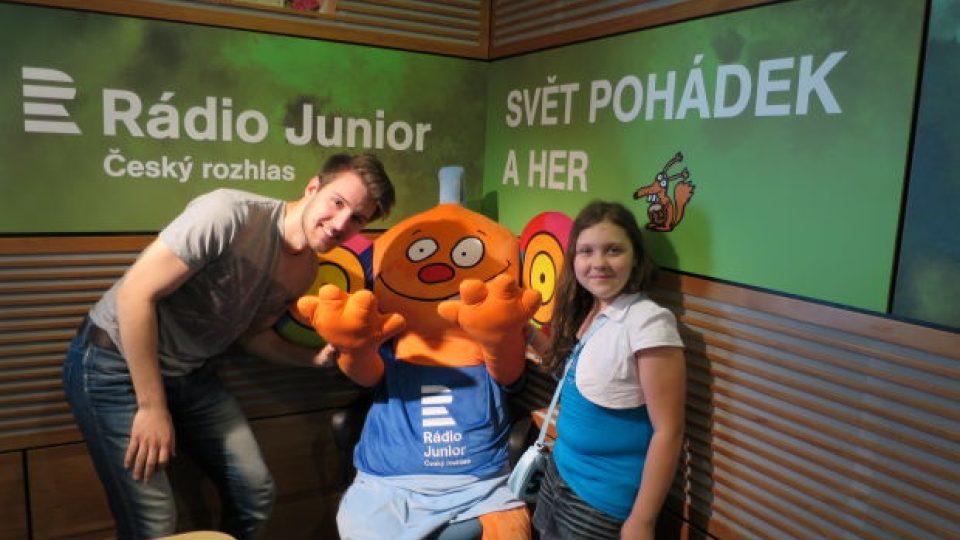 Eliška ve studiu Rádia Junior s moderátorem Petrem Ševčíkem a Ušounem Rušounem