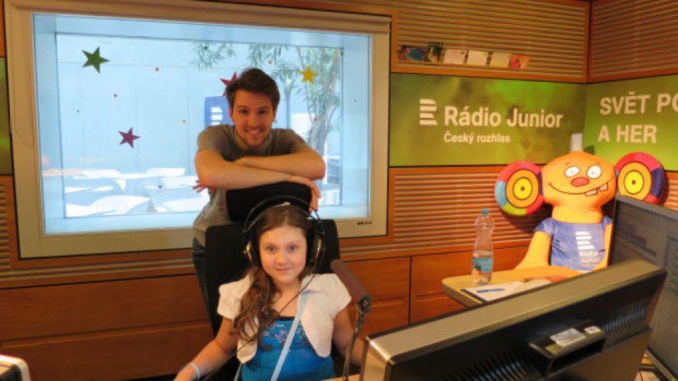 Eliška ve studiu Rádia Junior s moderátorem Petrem Ševčíkem