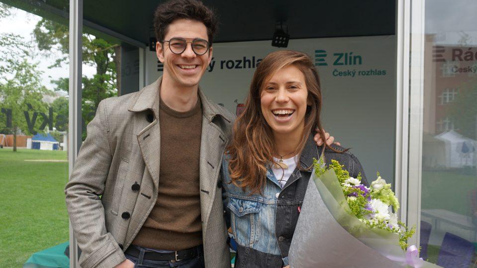 Herec Marek Adamczyk a vysmátá snowboardistka Eva Samková.