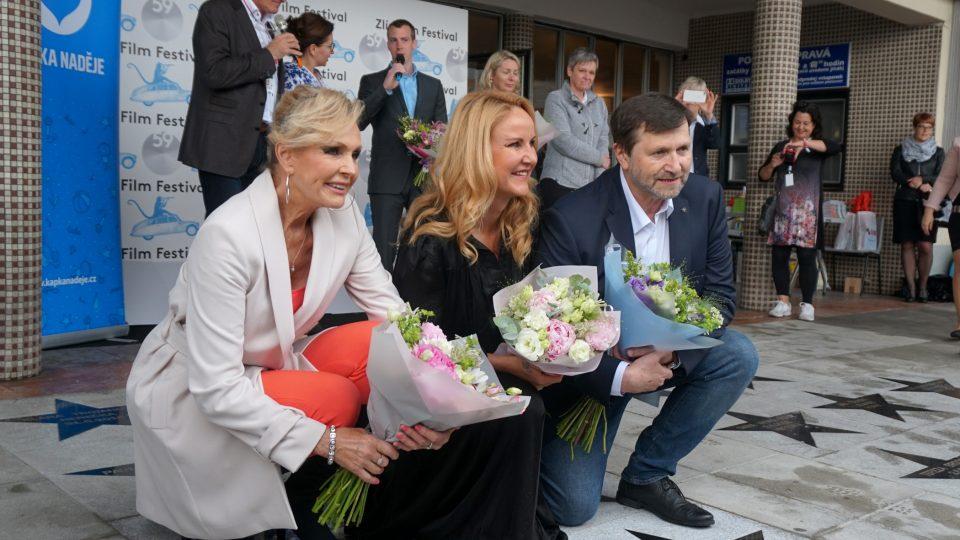 Zpěvačka Helena Vondráčková, Vendula Pizingerová z nadačního fondu Kapka Naděje a herec Jan Hrušínský při odhalování hvězd na chodníku slávy.