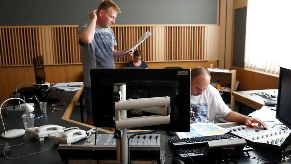 Režisér, zvukař a autorka textu dohlíží na natáčení.
