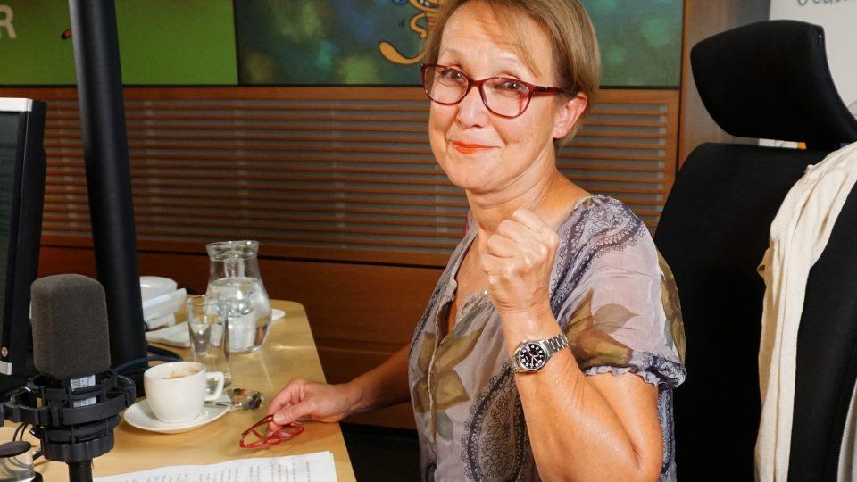 Herečka Milena Steinmasslová si drží palce před živým čtení Hajaji