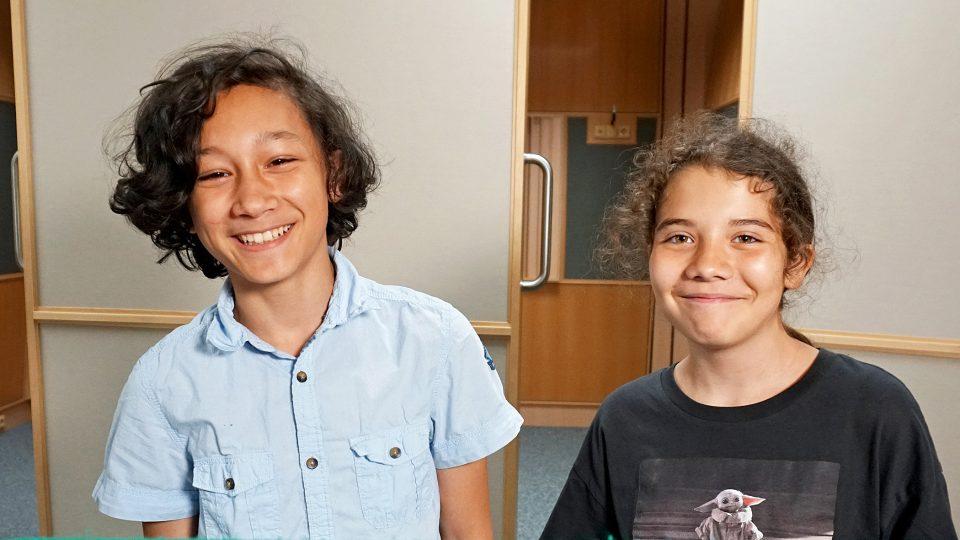 Hlavní dvojici sourozenců si zahráli Samuel Budiman a Barbora Sadílková