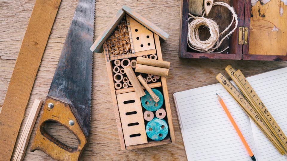 Vyrobit takový domeček zvládne hravě každý kutil. Není potřeba žádný speciální materiál. Stačí to, co najdete na zahradě a v kůlně