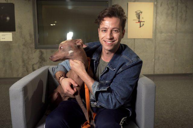 Herec a zpěvák Milan Peroutka se svým psem Hugem