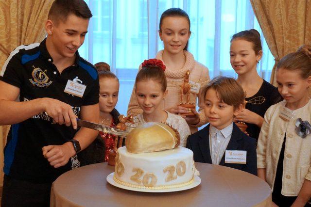 Krájení dortu na tiskové konferenci soutěže Zlatý oříšek 2018