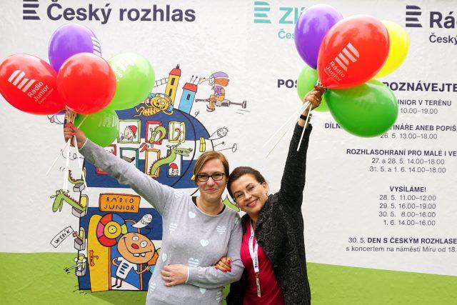 Sympatická herečka Dana Morávková si zaskotačila s balónky. Moderátorka Denisa Kimlová se hned přidala.