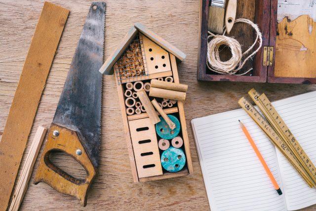 Vyrobit takový domeček zvládne hravě každý kutil. Není potřeba žádný speciální materiál. Stačí to,  co najdete na zahradě a v kůlně | foto: Shutterstock