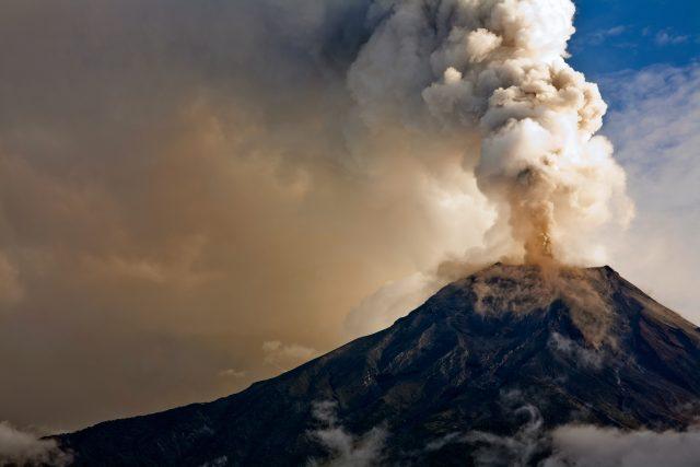 Zemětřesení se objevuje například po výbuchu sopky