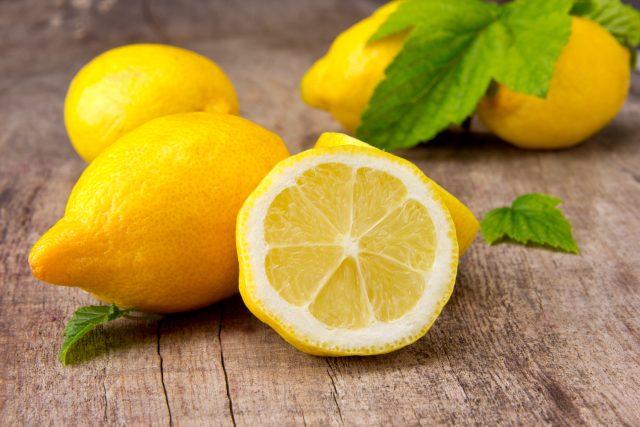 Citrony jsou kyselé,  obsahují ale i cukr | foto: Shutterstock