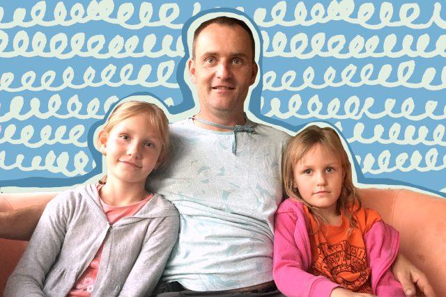 Dráteník Aleš Kulhánek s dcerkami Bělou a Emou